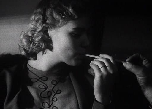 Az állomásfőnök és az unokahúg flörtölése: a cigaretta mint erotikus szimbólum.