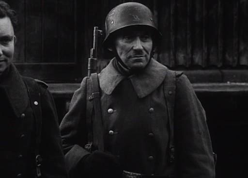A katona sóvárogva nézi a nővéreket.