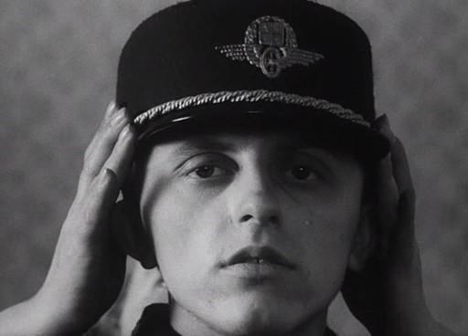 Az édesanya (Pavla Marsálková) koronaként helyezi fia fejére az egyenkalapot.