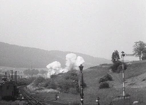 A távolodó vonat felrobban.