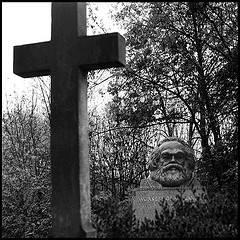 Marx és a kereszt - kőbe formált farkasszemezés