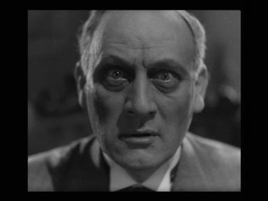 A kamerához közel álló színész belenéz a kamerába, rögzíti a kamera helyén lévő pontot. Dr. Mabuse végrendelete /Das Testament des Dr. Mabuse/ (1932, Fritz Lang)