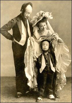 """Keaton apró gyermekkorától fogva együtt szerepelt szüleivel a családi varietéműsorban, a """"Három Keaton"""" mutatványban."""