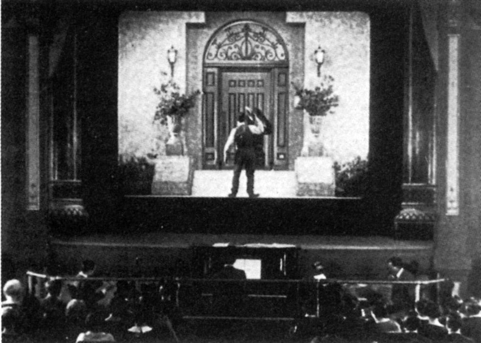 A médium próbáját kiállja, és beléphet a mozi álomvilágába