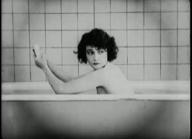 Keaton felesége éppen fürdik