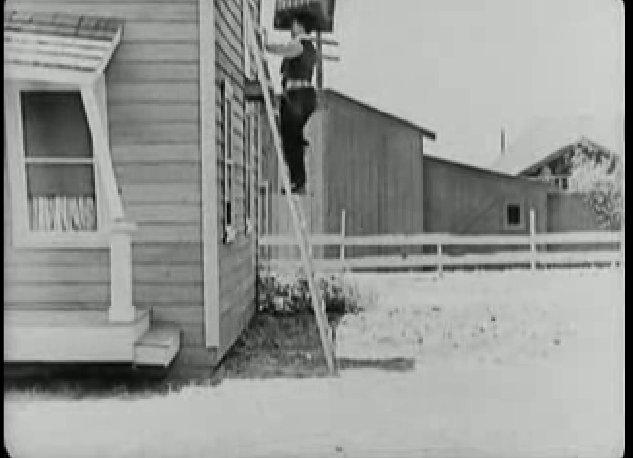 Keaton csak a fején tudja felvinni a kéményt a tetőre