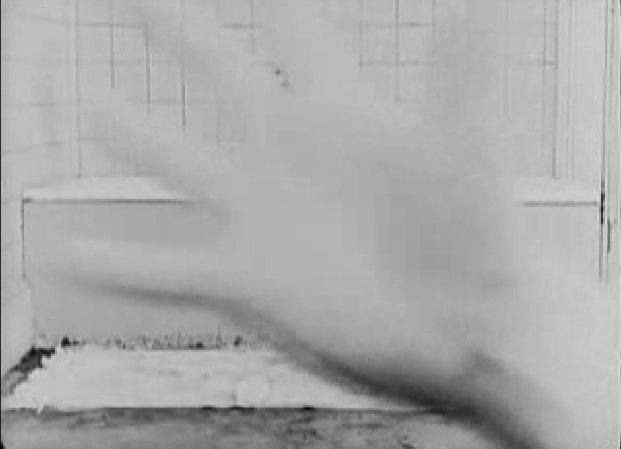 Keaton felesége a földre ejti a szappant, amíg kihajol érte, eltakarja a kamerát.