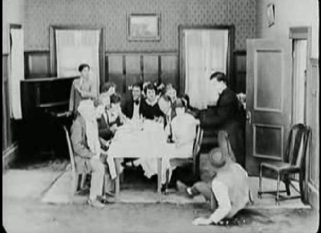Keaton megmutatja házát barátainak.