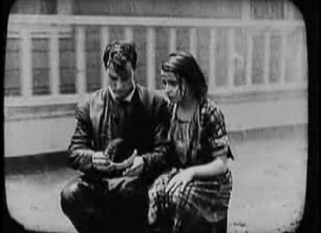 Keaton és felesége egy faládán talál menedéket, a ház továbbra is forog.