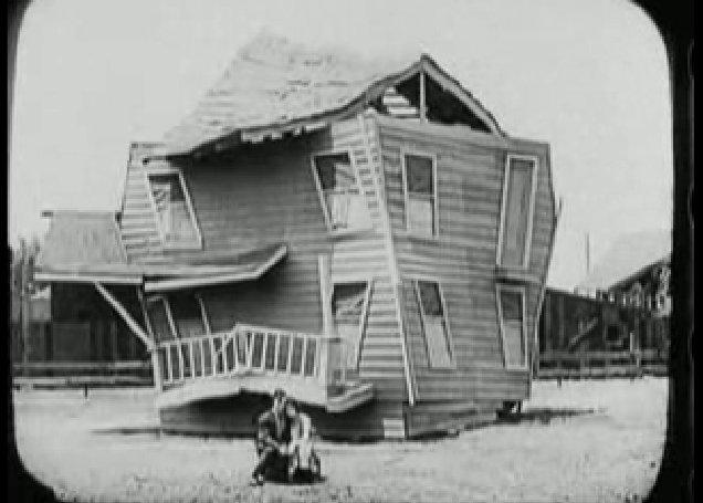 Keaton és felesége szomorúan üldögélnek omladozó házuk előtt.