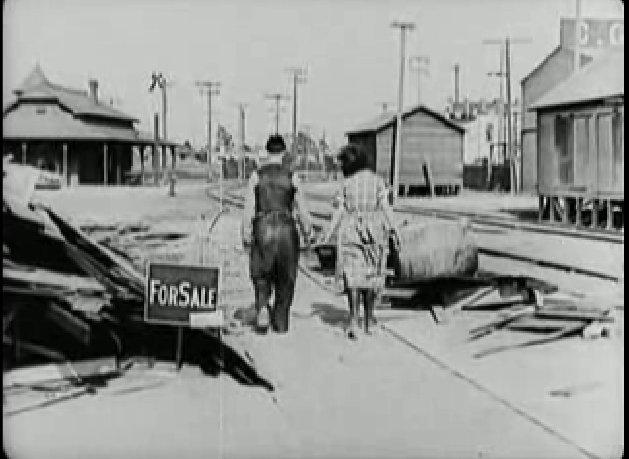 Keaton kiteszi az Eladó táblát, és feleségét kézen fogvat távozik.