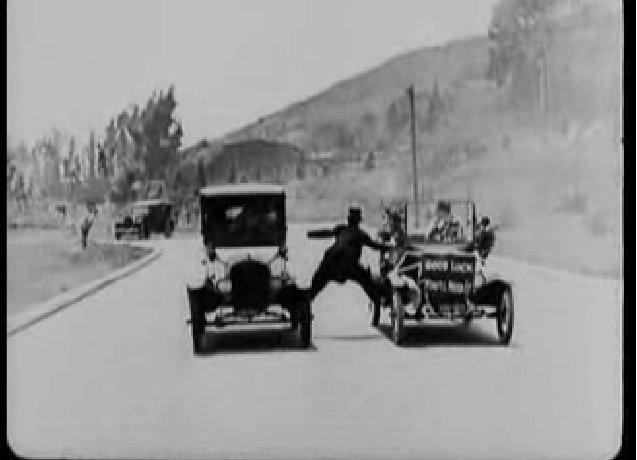 Keaton a két autó között ragad.