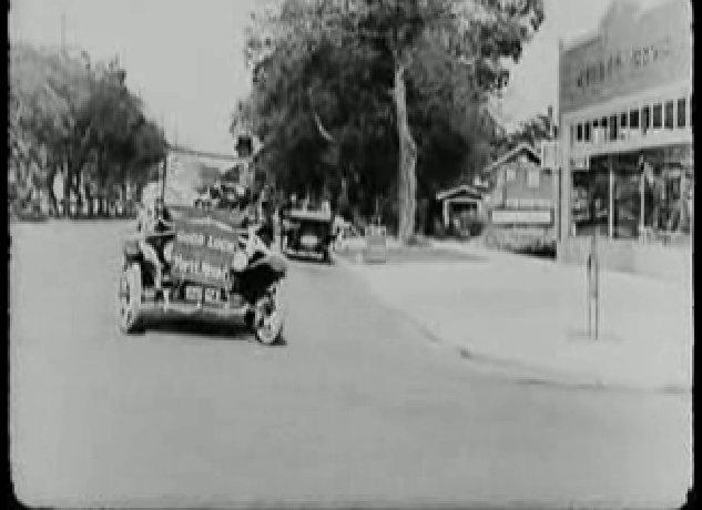 Keaton és felesége a másik autóval elindulnak otthonuk felé.