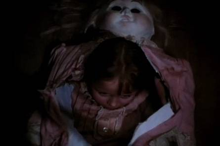 Az óriásbaba testéből előbújó Alice. <em>Valami Alíz</em> (Alice. Jan Švankmajer, 1988)