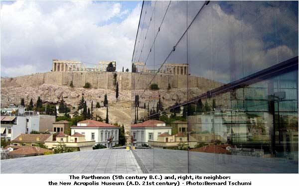 A múzeumot Bernard Tschumi a Parthenón közelébe tervezte, valószínűleg azért, hogy ezzel is jelezze azt, hogy a műtárgyaknak az eredeti környezetükben van a helyük, s a múzeum épülete csupán az állagmegóvás miatt szükséges.