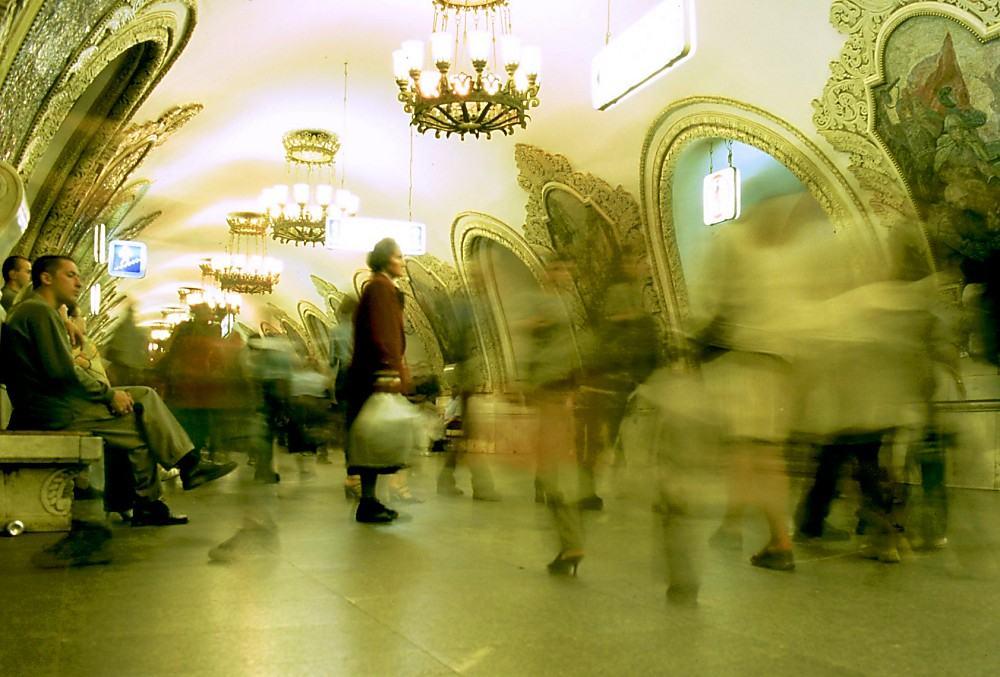 """"""" A moszkvai metró képei pedig egyáltalán nem arra valók, hogy nézzék, megértsék és csodálják őket. Sokkal inkább a képek szemlélik a járókelőket, az előttük elhaladó embertömeget."""" Boris Groys"""