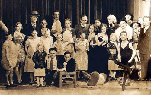 Tod Browning Freaks (1932) című filmjének stábja, P.T. Barnum freak-show-jának sztárjai