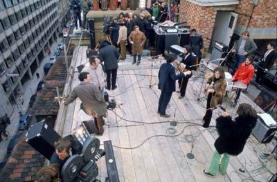 A Beatles tetőtéri koncertje (archív felvétel).