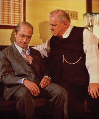 Willy /Dustin Hoffman/ és Ben /Luis Zorich/. Az ügynök halála (Death of a Salesman. Volker Schlöndorff, 1985)