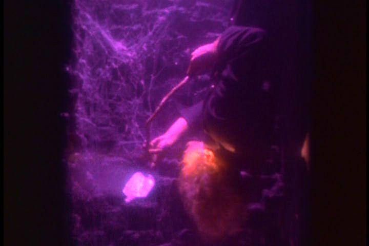 Kukkolás-jelenet: a fejjel lefele lecsüngő Johann egy tükörrel figyeli fürdeni készülő anyját. (Careful. Guy Maddin, 1992)