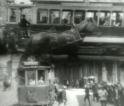 Ember a felvevőgéppel (Cselovek sz kinoapparatom. Dziga Vertov, 1927)
