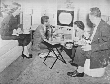 Vacsora a tévé előtt 1952-ben