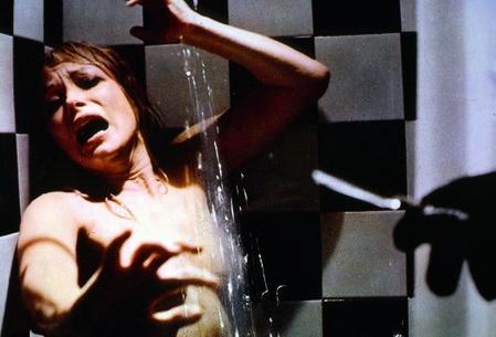Hét sárga selyemsál (1972) - Amit Alfred Hitchcock csak sejtetett, azt Sergio Pastore kendőzetlenül tárja a nézők szeme elé a Psycho zuhanyjelenetének felpörgetett újrázásában.