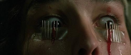 Opera (1987) – Dario Argento filmjében a set piece-logika csúcsra járatása figyelhető meg.