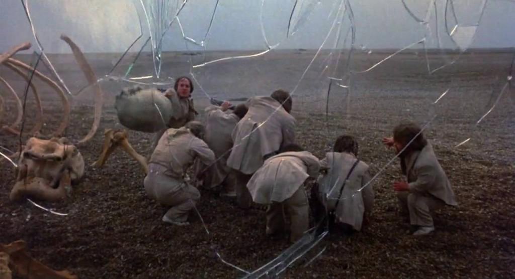 7. kép - A néző számára átlátszó, a szereplők számára trompe-l'oeil-szerű falat betöri az egyik törpe - <em>Időbanditák</em> (Time Bandits. Terry Gilliam, 1981)
