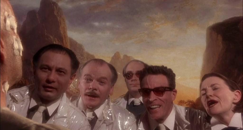 9. kép - A szürrealisztikus beállításban az először valóságosnak láttatott festett háttér előtt feltűnik a jövő tudósainak alakja - <em>12 majom</em> (12 Monkeys. Terry Gilliam, 1995)