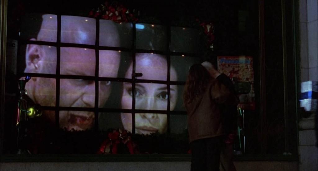 14. kép - A két főszereplő nem tud elrejtőzni az általuk működtetett Másik tekintete elől - <em>12 majom</em> (12 Monkeys. Terry Gilliam, 1995)