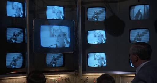 15. kép - A rendszer általi megfigyeltség a Brazilban: a hatalom a gyanús személyek minden lépését ellenőrzi - <em>Brazil</em> (Terry Gilliam, 1985)