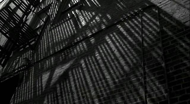 18. kép - A Rablóhal egyik jelenetében a tűzlépcső árnyékának a mozgásával utal a film az idő múlására -  <em>Rablóhal</em> (Rumble Fish. Francis Ford Coppola, 1983)