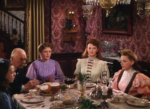 1.7: …szemben a nőkkel, akik megtévesztették. Minnelli a jelenetet a két asztalrészre osztva vette fel.