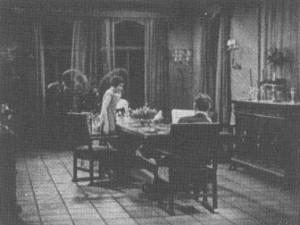 1.1: <em>Are Parents People?</em> (Malcolm St. Clair, 1925): A némafilmes korszakra jellemző megoldás az ebédlőasztalnál zajló jelenetre: egy totál mutatja az egész családot.