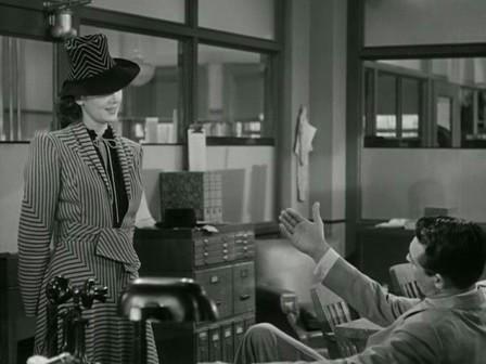 """1.23: Visszavágás az amerikai plánra, amelyben Walter még mindig a kép jobb alsó sarkában helyezkedik el. """"Még mindigvan egy ablak, drágám, ami neked világít."""" Az asztal síkja fölé emeli atérdét, majd magához inti a nőt."""