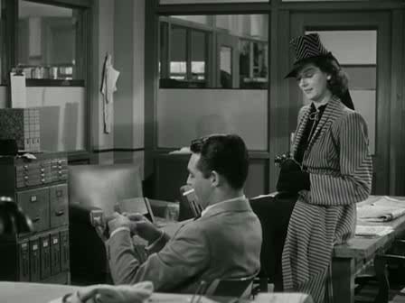1.24: A nő hűvösen visszautasítja, odasétál a másik asztalhoz, és ráül. Tudomást sem véve a nő helyváltoztatásáról Walter nem követi a tekintetével. Rágyújt egy cigarettára, miközben szándékosan nem kínálja meg a nőt, ezzel arra késztetve, hogy kérjen tőle.