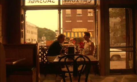 """1.64: A """"mozgásban lévő alapozó plán"""" a <em>Szemet szemért</em> (<em>Do the Right Thing</em>. Spike Lee, 1989) című filmben, ahol Sal fia arról panaszkodik, hogy egy négerek lakta környéken kell dolgoznia…"""