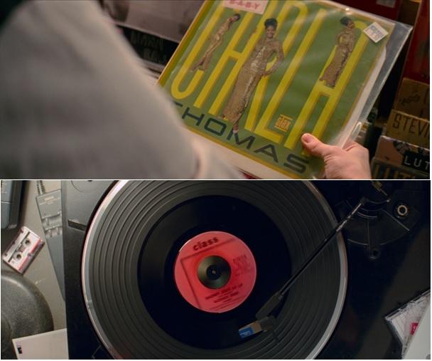 A bakelitlemez többször is vizuális átvezető elem egy-egy dal diegetikusról nondiegetikussá tételéhez