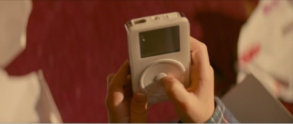 Az iPod első generációs darabja külön hangsúllyal jelenik meg filmben