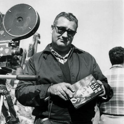 Robert Aldrich a Panorama du film noir américain egy példányával 1956-ban