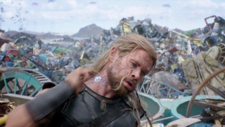 A karakterek testre csatlakoztatható vezérlőegységekkel meghekkelhetők és irányíthatók (<em>Thor: Ragnarök</em>)
