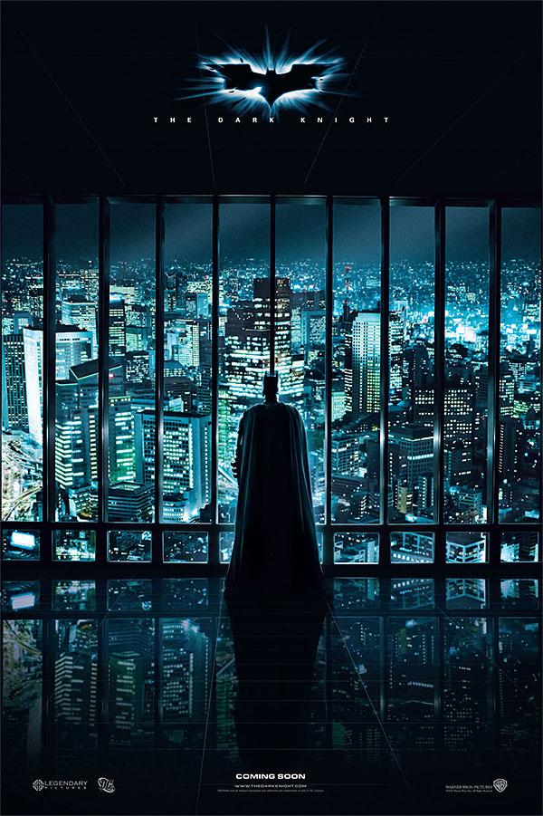<em>A sötét lovag</em> plakátján Batman ellenőrző tekintete felügyeli a várost
