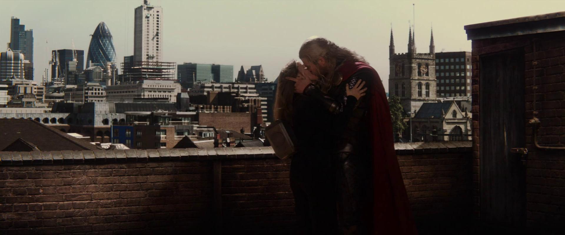 Thor és Jane csókja a <em>Thor</em> legvégén, amikor is a színésznőt Elsa Pataky, Chris Hemsworth felesége helyettesítette.