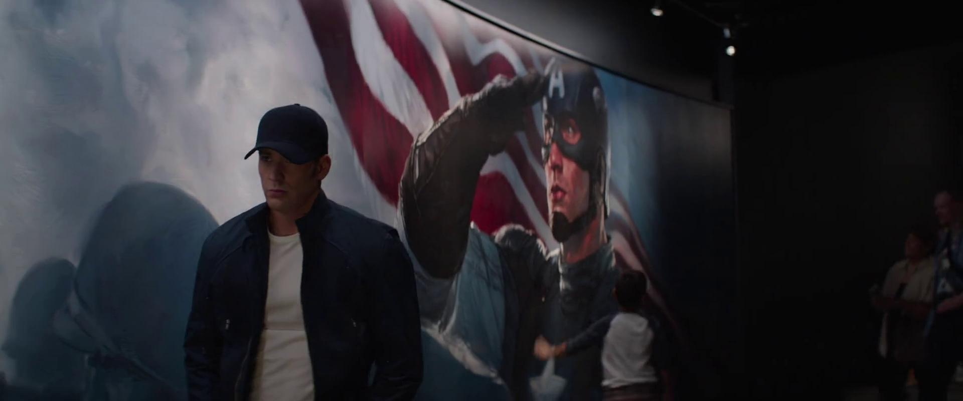 Az <em>Amerika kapitány: A tél katonájá</em>ban Steve Rogers ellátogat az életének és halálának szentelt kiállításra a Smithsonian múzeumban, miközben megpróbálja meglelni a helyét és az életcélját a modern világban.