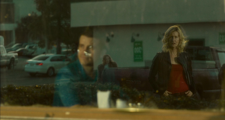 Az étteremnél: Jennifer fantáziájában a fiatal Bill képe tűnik fel.