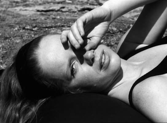 Sütkérezés a parton, Elizabeth Almára mosolyog.
