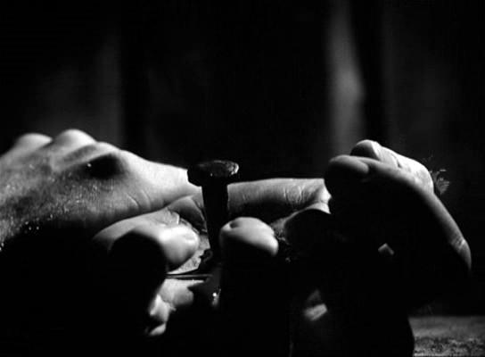 A kéz, amibe a szöget verik: az anyának el kell engedni a fiát, át kell őt adnia a szimbolikusnak.