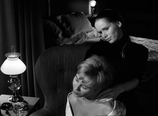 Borozás közben Elizabeth Alma nyakát masszírozza.