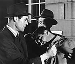 Nicholas Ray Veszélyes terepen című filmjében Robert Ryan (Jim Wilson) egy apró termetű bűnözőhöz közelít egy elhagyatott hotelben, hogy megverje.